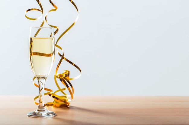 シャンパングラスと大new日のお祝い Premium写真
