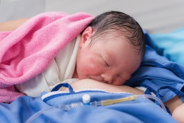 Newborn baby girl first drink breastmilk Premium Photo