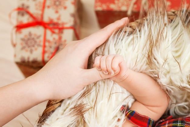 Newborn children's hand in mother hand. mom and her child Premium Photo