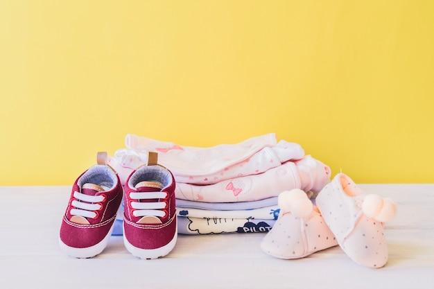 Концепция новорожденного с одеждой и обувью Premium Фотографии