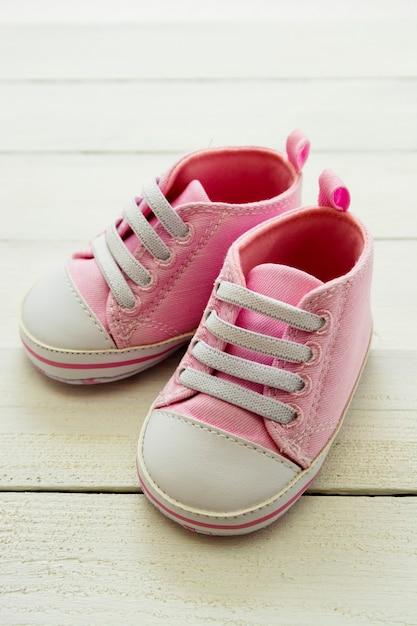 Розовые ботинки ребёнка, newborn, материнство, концепция беременности с космосом экземпляра. Premium Фотографии