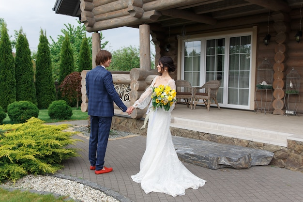Newly married ready to enter in luxurious wooden mansion Premium Photo