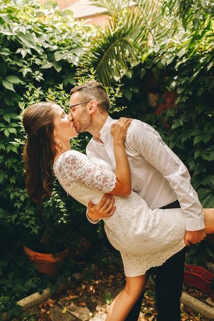 新婚カップルが結婚式の日にキスとダンス。連合と愛の概念。 Premium写真