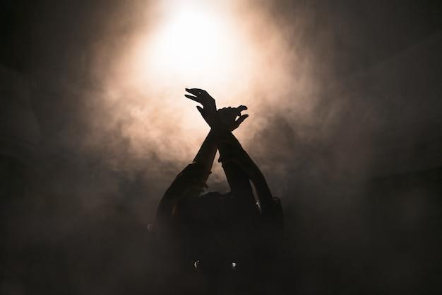 Newlyweds with arms raised between smoke Premium Photo