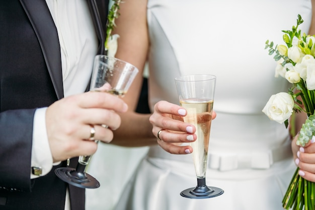 Newlyweds with champagne in their hands Premium Photo