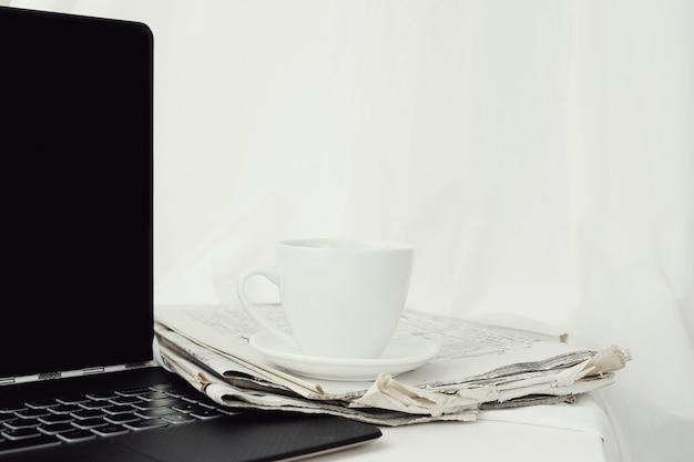 Газета с чашкой кофе и ноутбуком Бесплатные Фотографии