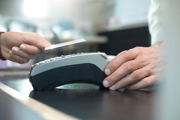 Бесконтактная оплата кредитной картой по технологии nfc Premium Фотографии