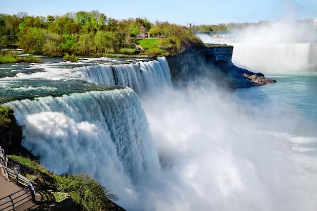 Niagara falls in the summertime Premium Photo