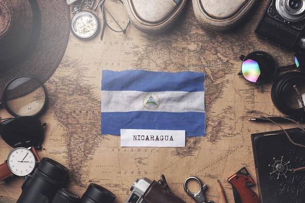 古いビンテージ地図上の旅行者のアクセサリー間のニカラグアの旗。オーバーヘッドショット Premium写真