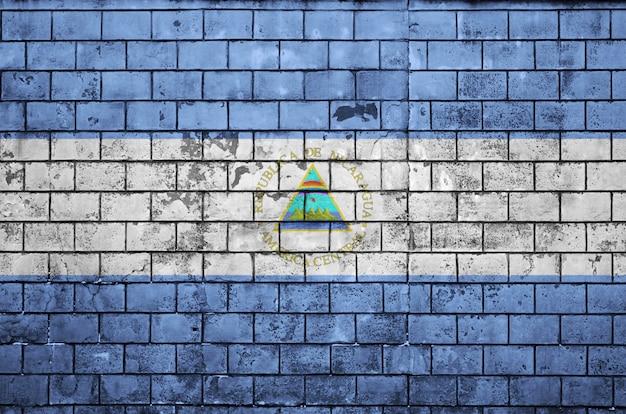 ニカラグアの国旗は古いレンガの壁に描かれています Premium写真