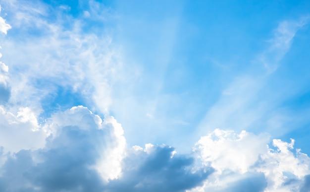 흐린 태양 광선으로 멋진 푸른 하늘 프리미엄 사진