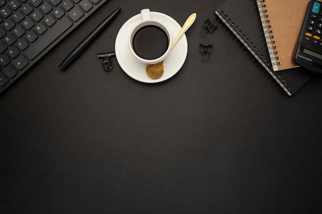 Bella scrivania da lavoro su sfondo nero Foto Gratuite