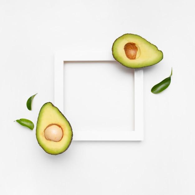 Красивая композиция из авокадо на белой поверхности с рамкой для текста Бесплатные Фотографии