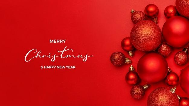 赤い背景に赤いクリスマスボールの素敵な構成 無料写真