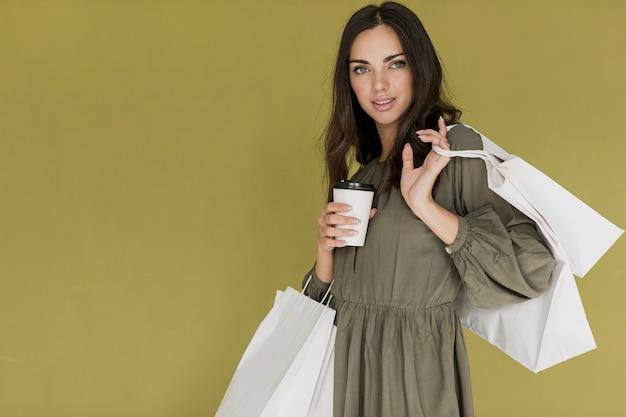 コーヒーと多くのショッピングネットで素敵な女の子 無料写真