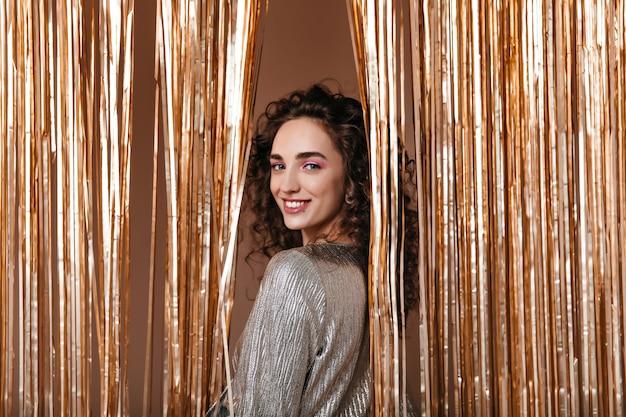 금 배경에 웃 고 은색 옷에 좋은 여자 무료 사진