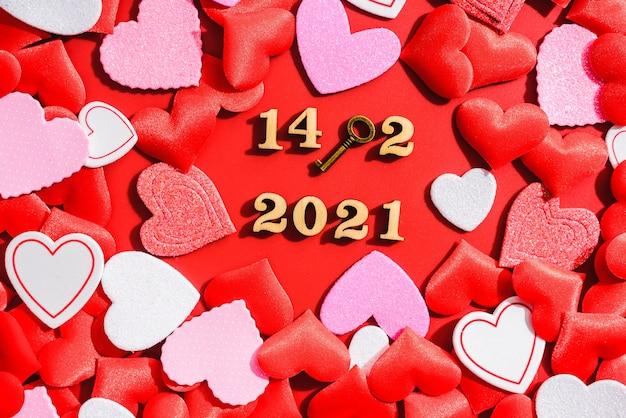 2021年にハートとバレンタインの愛の南京錠と素敵な赤い背景。 Premium写真