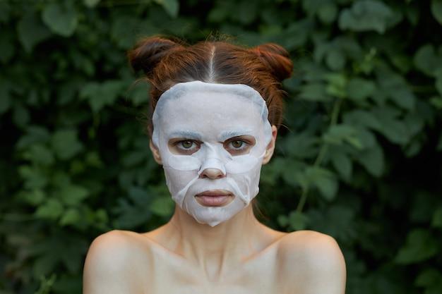 좋은 여자 얼굴 마스크 전면보기 깨끗한 피부 미용 녹색 숲 프리미엄 사진