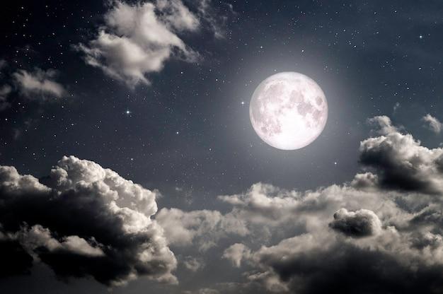 月と月明かりの星と夜の暗い空 Premium写真