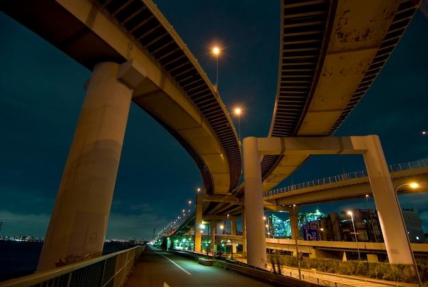 Ночное шоссе, прямая дорога, уходящая далеко Premium Фотографии