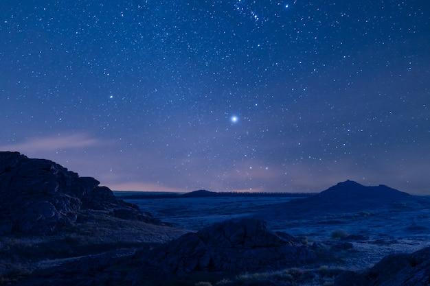 아름다운 산과 장엄한 별 하늘이있는 밤 풍경 프리미엄 사진
