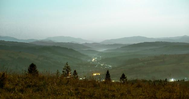 夜の山の風景の明るい色調の視点 Premium写真