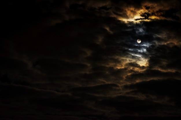 満月と美しい雲のある夜空。 Premium写真
