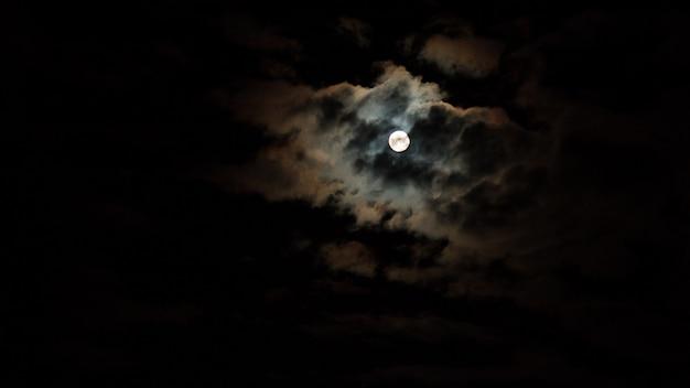 星と月と雲と夜の空 Premium写真
