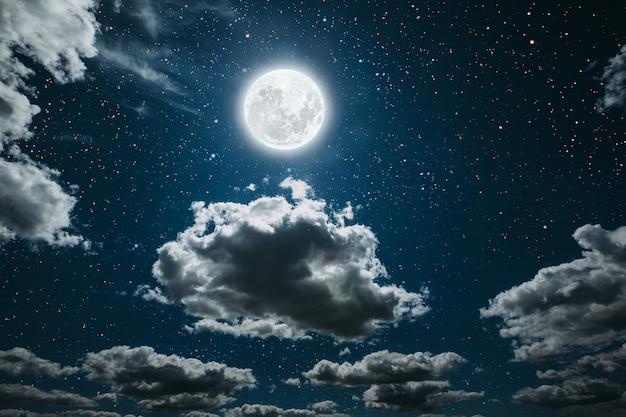 星と月と雲と夜の空。 Premium写真