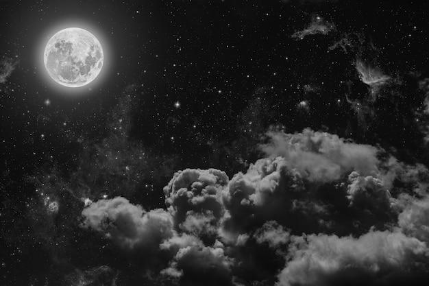 Ночное небо со звездами, луной и облаками. Premium Фотографии