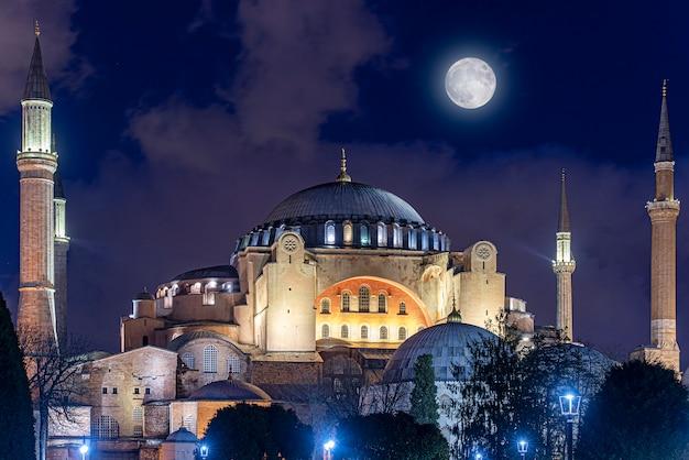 Night time over hagia sophia or hagia sophia church of the holy wisdom in istanbul, turkey Premium Photo