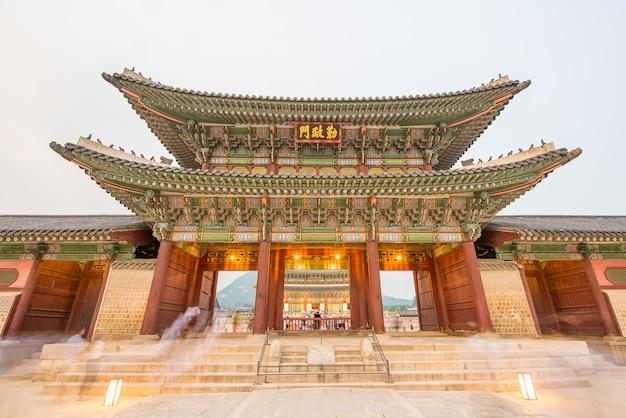 The night view of gyeongbokgung palace Premium Photo