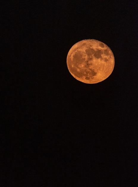 보름달이있는 황혼 프리미엄 사진