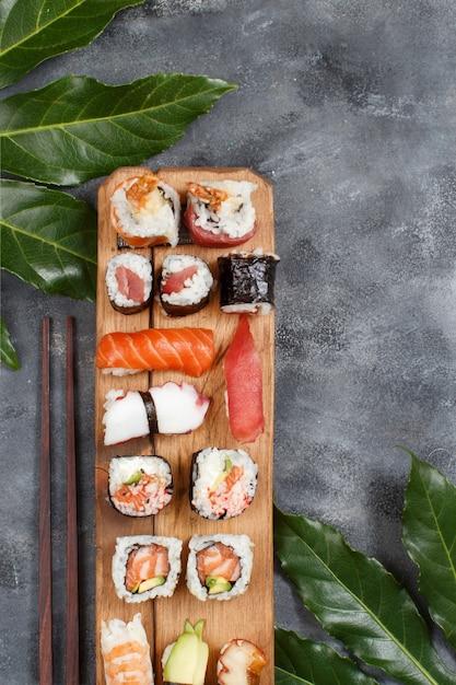 にぎりと巻き寿司は木製のトレイに巻かれています Premium写真
