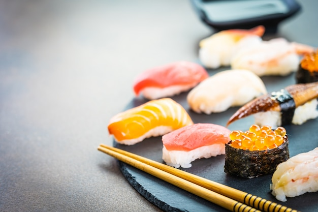 Суши нигири с лососем, тунцом, креветками, креветками, угрем и другими сашими Бесплатные Фотографии