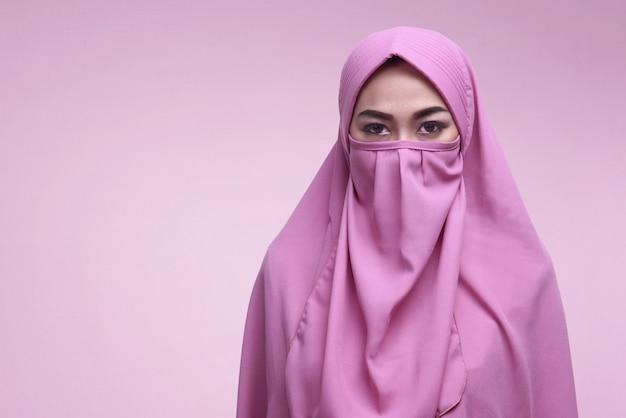 Niqabを着ている若いアジアのイスラム教徒の女性 Premium写真
