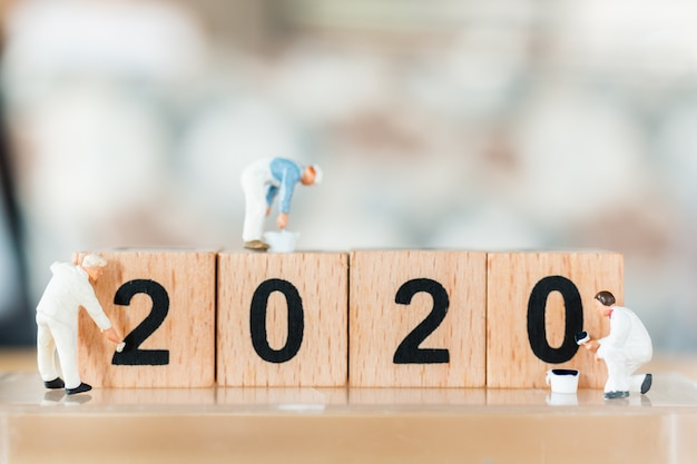 Миниатюрная рабочая бригада написана на деревянном блоке № 2020 Premium Фотографии