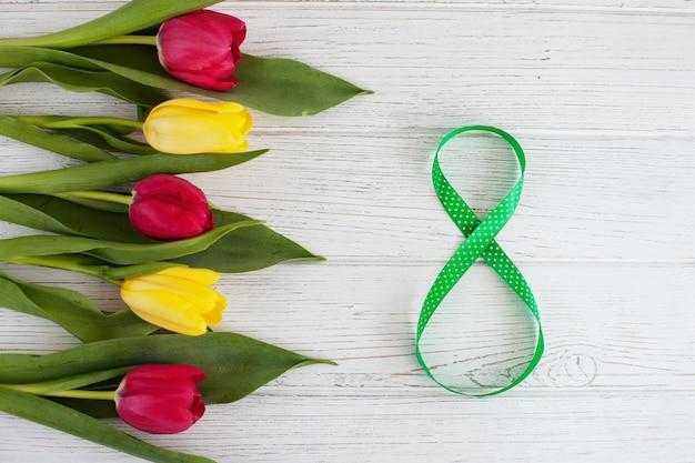 № 8 на 8 марта с букетом тюльпанов. международный женский день Premium Фотографии
