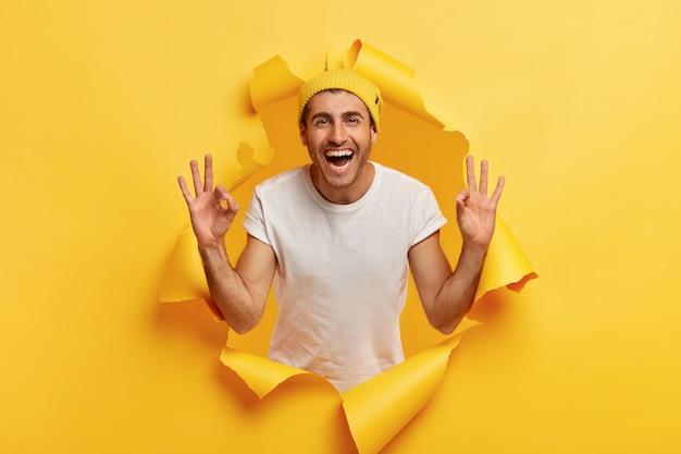 問題のないコンセプト。陽気な表情で幸せなのんきな安心白人男性 無料写真