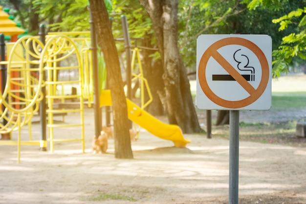 Не курить металлический знак в парке. Premium Фотографии