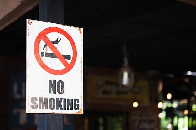 Знак не курить, открытый перед рестораном Premium Фотографии