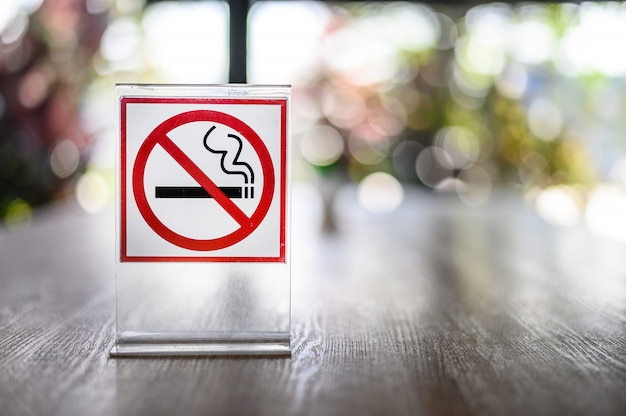 No smoking sign on wooden table in coffee shop don't smoking place in public Premium Photo