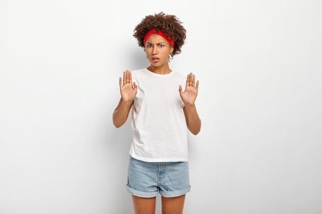 No grazie. la ragazza afroamericana scontenta infelice fa il gesto di arresto, rifiuta l'offerta Foto Gratuite
