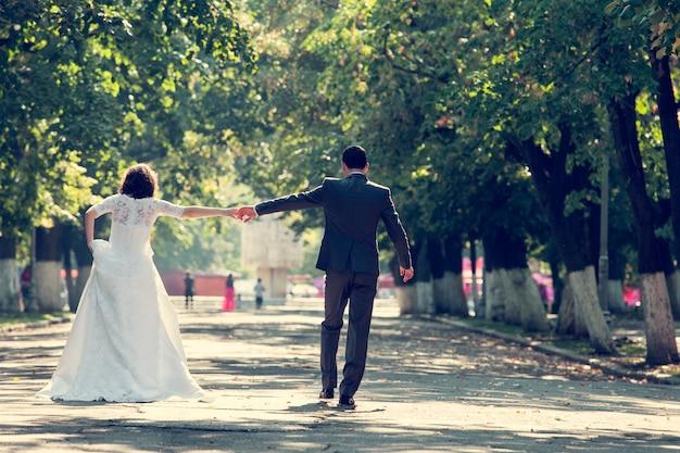 手をつないで花嫁と花婿 無料写真