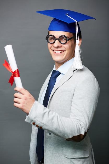Гордый молодой человек с дипломом Фото Скачать Гордый молодой человек с дипломом Бесплатные Фотографии