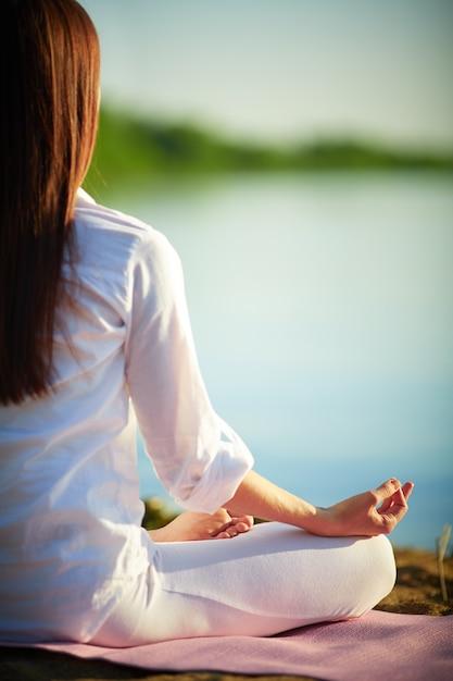 蓮華座にヨガの練習健康な女性 無料写真