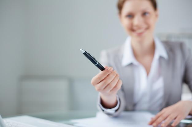 マネージャーのクローズアップぼやけた背景にペンを保持します 無料写真