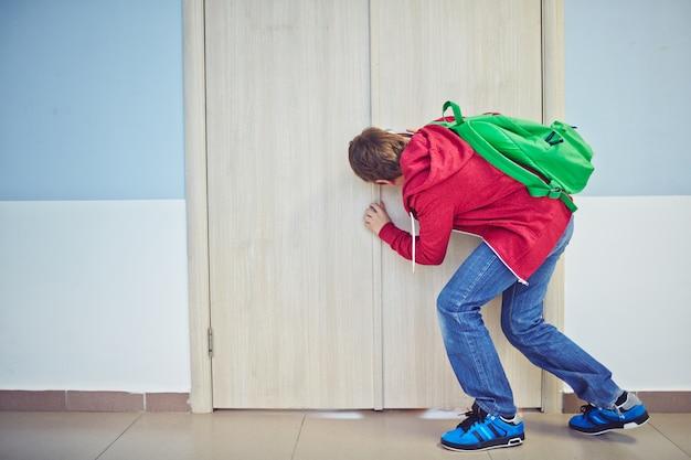 ドアの後ろおさるの子 無料写真