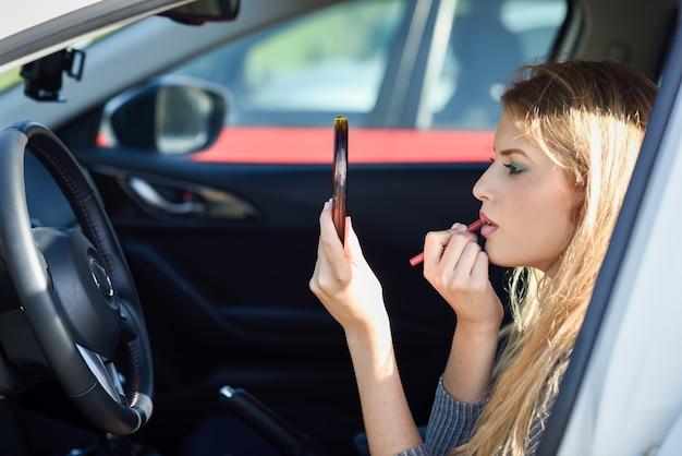 車の中で化粧を適用する女 無料写真
