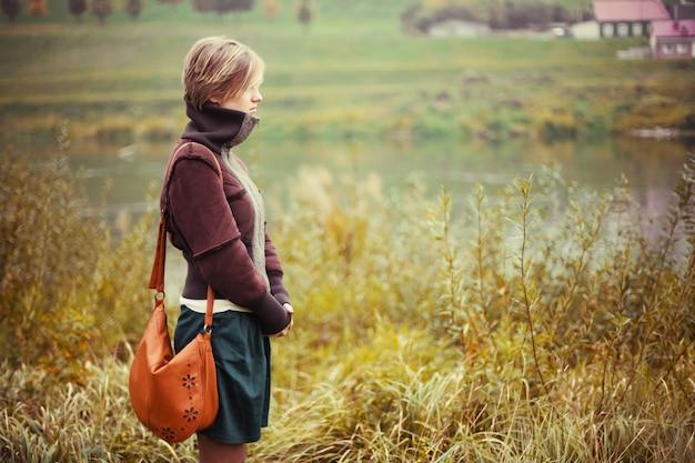 自然を眺め女性の側面図 無料写真